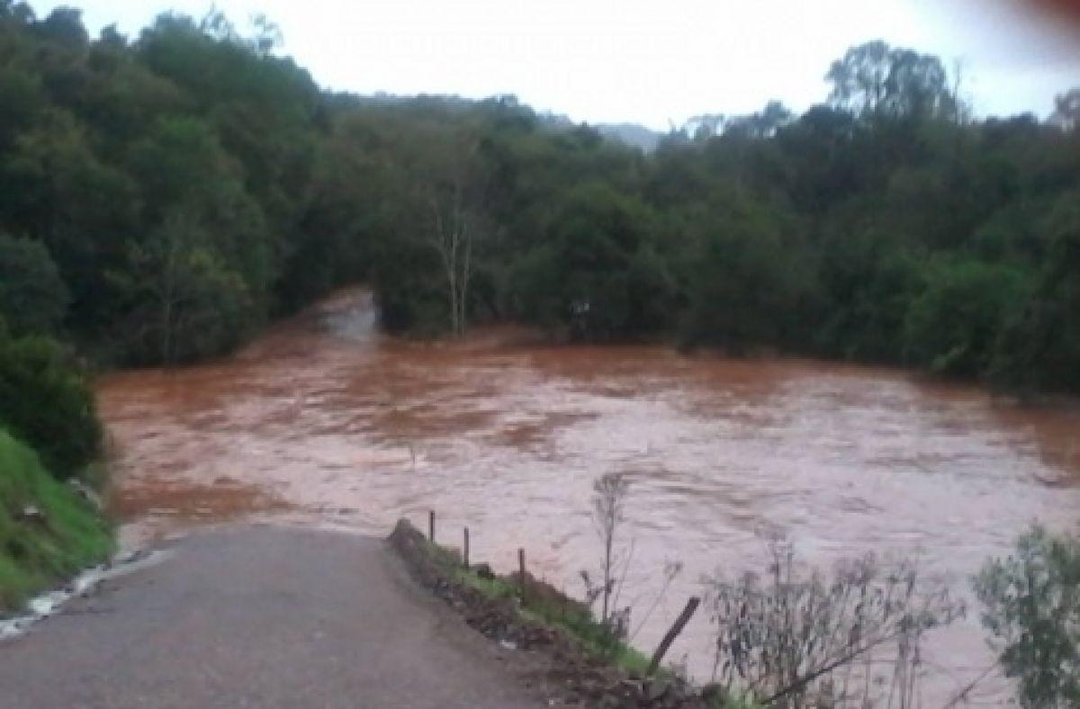 Rios transbordam e provocam inundações no Norte do Estado