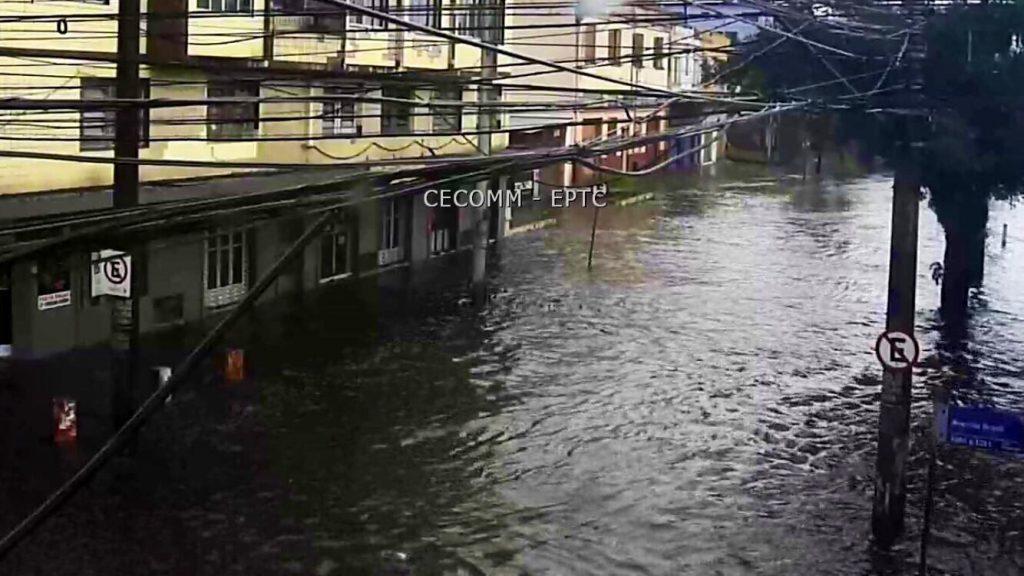 Centro de Porto Alegre tem em só um dia 75% da chuva do mês