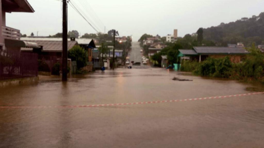 Chuva de 100 mm a 200 mm traz alagamentos em cidades do RS e SC
