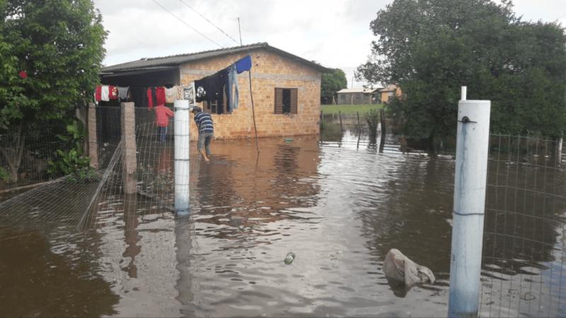 Chuva transborda açudes e causa alagamentos no Leste gaúcho