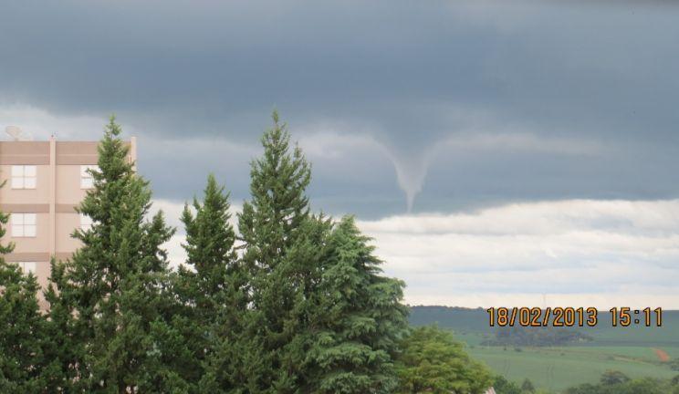 Sequência de fotos mostra formação de nuvem funil em Cruz Alta
