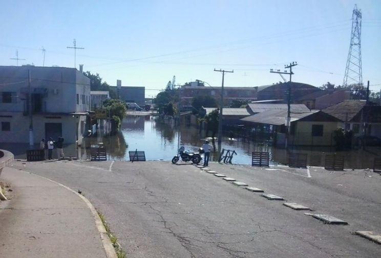 Enchente continua e alagamentos persistem no fim de semana