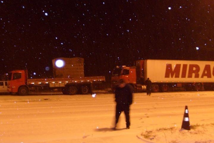 Neve bloqueia a BR-116 e várias outras estradas no Sul do país