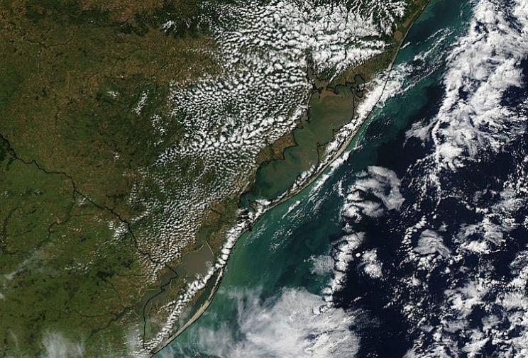 Por que as nuvens se formaram sobre terra e não sobre a água ?