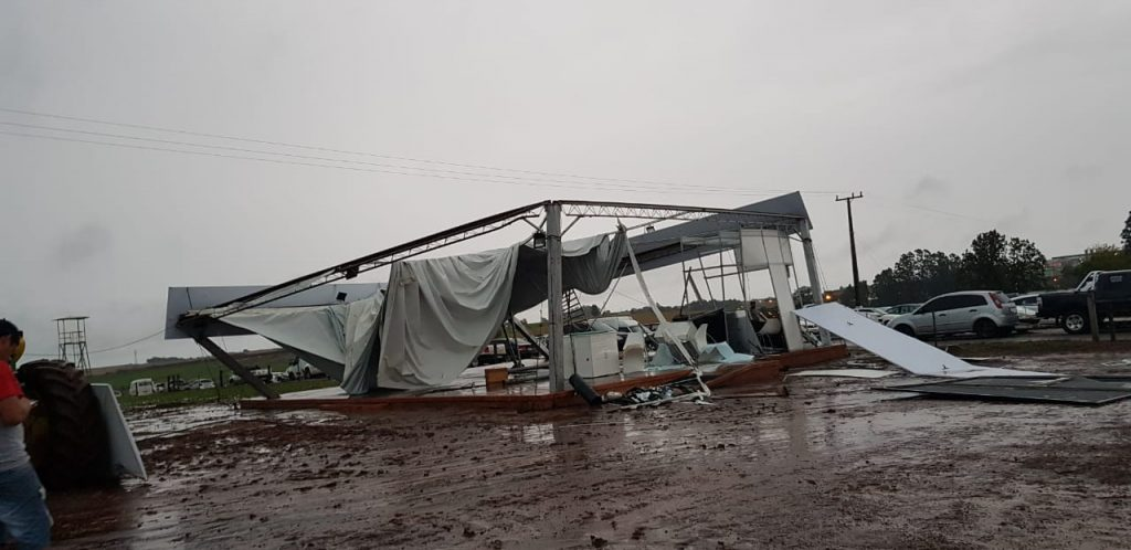 Tempestade provoca destruição no parque de exposições da Expodireto