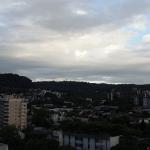 Segunda-feira de sol, nuvens e chuva localizada