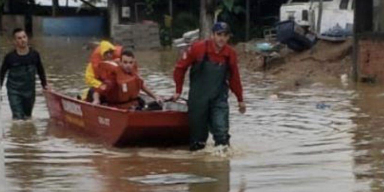 Chuva provoca inundações e deslizamentos em Santa Catarina