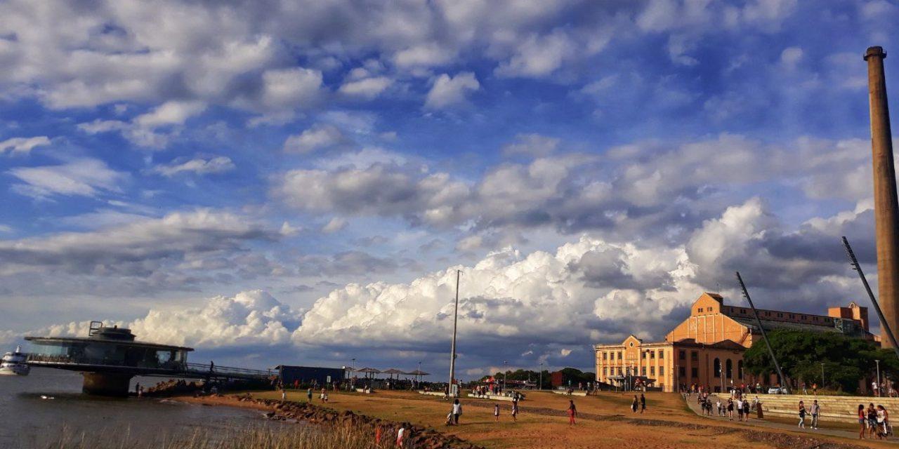 Domingo quente de sol e nuvens