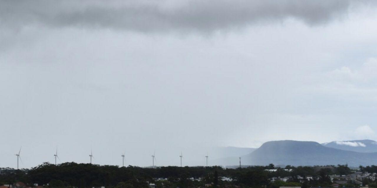 Baixa pressão no oceano traz chuva para o Litoral Norte