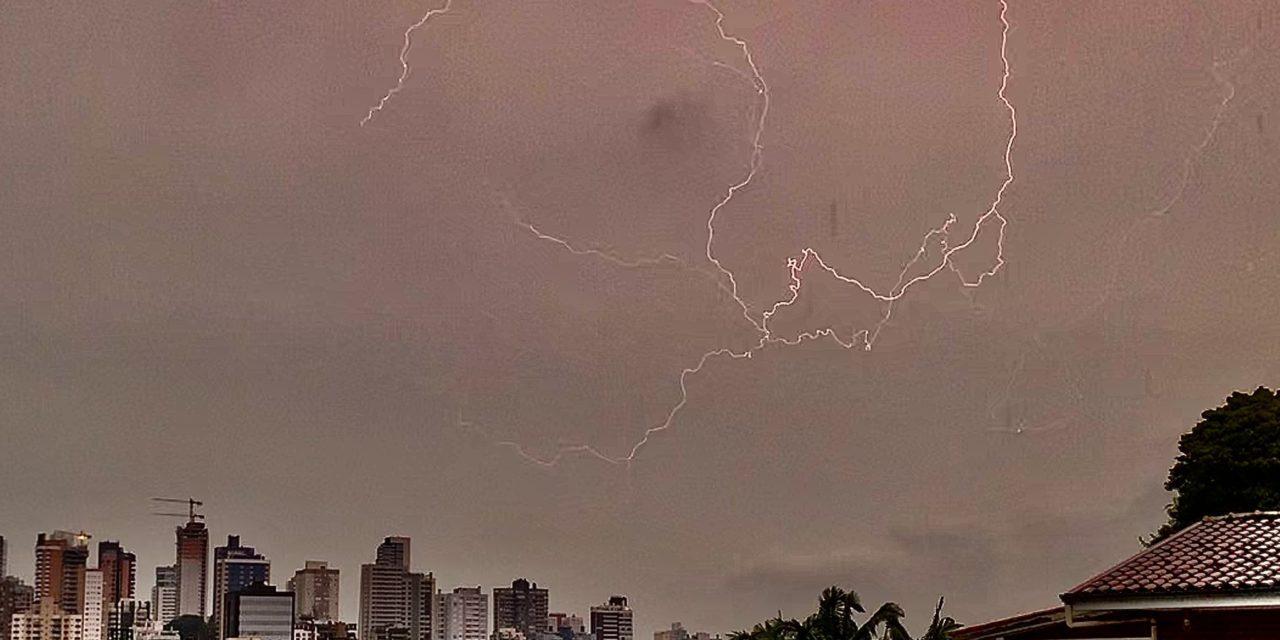 Grande Porto Alegre tem chuva volumusa e seguirá chovendo