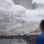 China explode represa para tentar conter as enchentes