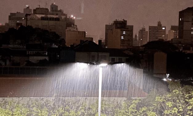 Porto Alegre começa a terça-feira sob temporal com granizo