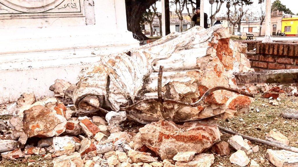 Raio destrói monumento no Uruguai durante tempestade