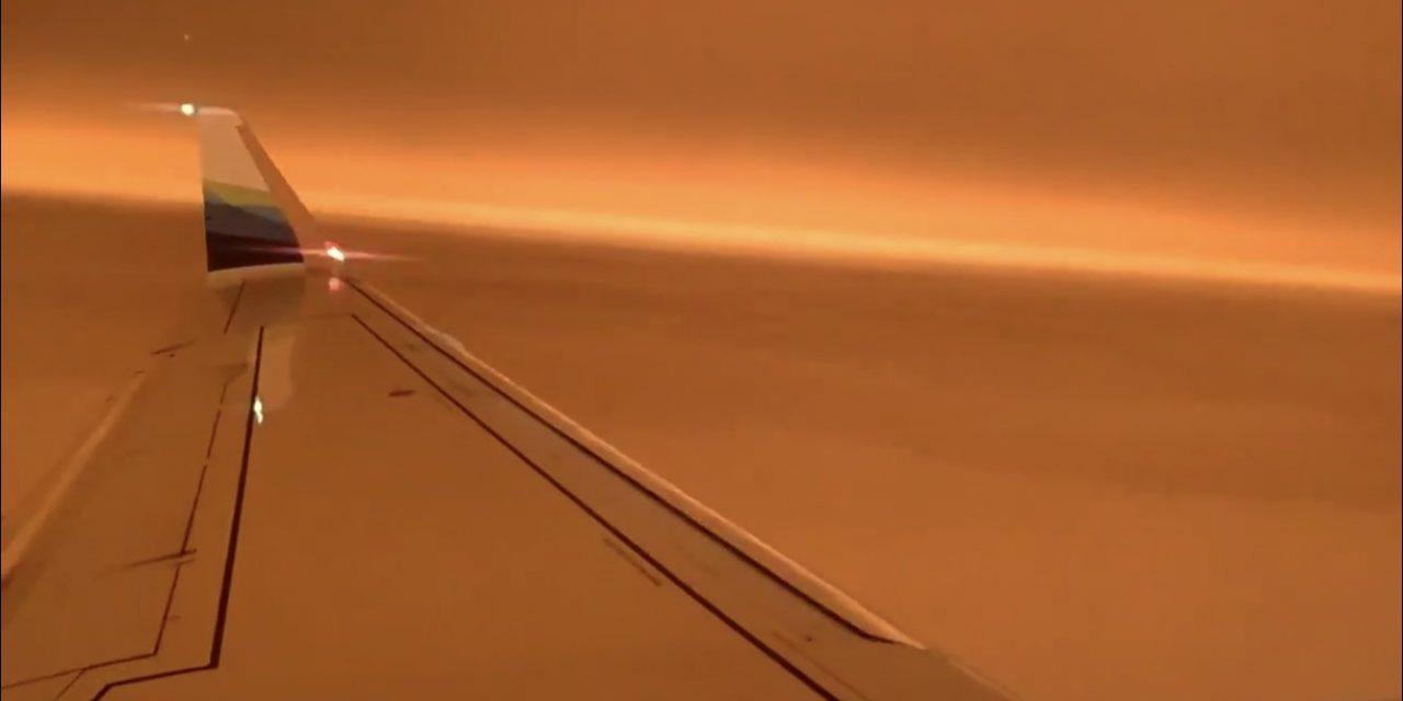 Impressionante vídeo de avião em meio à fumaça em San Francisco