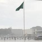 Chove em Brasília após meses e população comemora