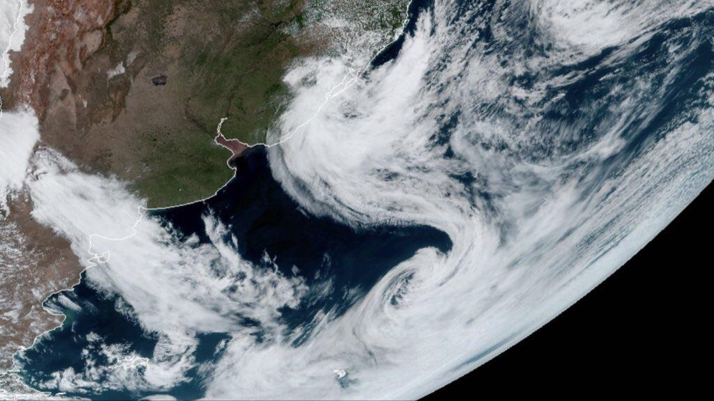 """A """"dança dos ciclones"""" – Efeito Fujiwhara com ciclone na costa"""