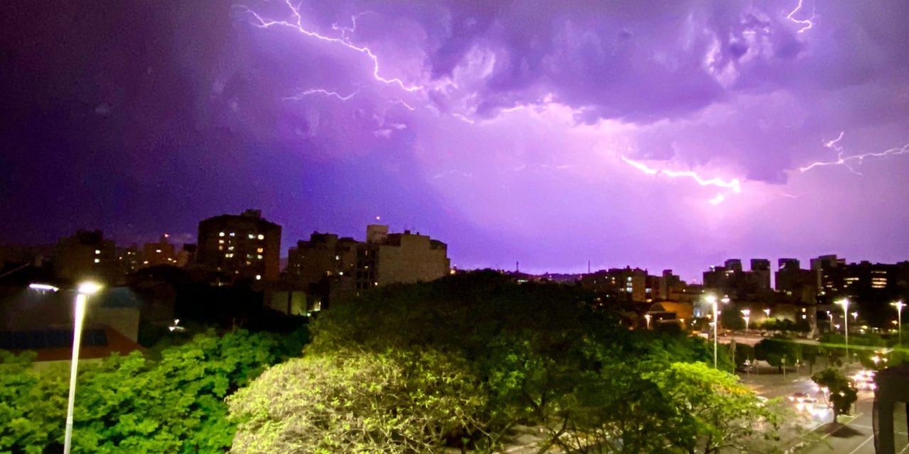 "<span class=""entry-title-primary""><span style='color:#ff0000;font-size:14px;'>PREVISÃO DO TEMPO </span><br> Galeria de fotos – Raios no Rio Grande do Sul</span> <span class=""entry-subtitle"">Veja as fotografias dos raios feitas pelos seguidores da MetSul Meteorologia</span>"