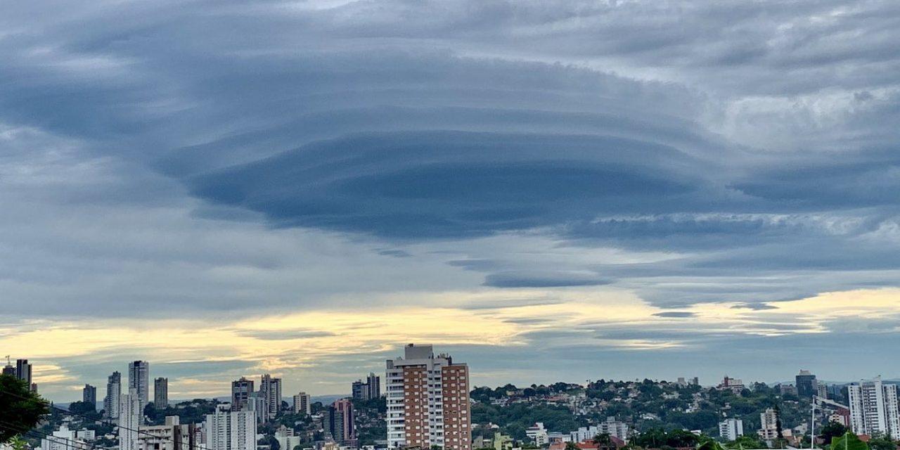 """<span class=""""entry-title-primary"""">Forte jato traz lenticulares na Grande Porto Alegre</span> <h2 class=""""entry-subtitle"""">Formações foram observadas na manhã de hoje no Vale do Sinos. Entenda como as nuvens se formaram. </h2>"""