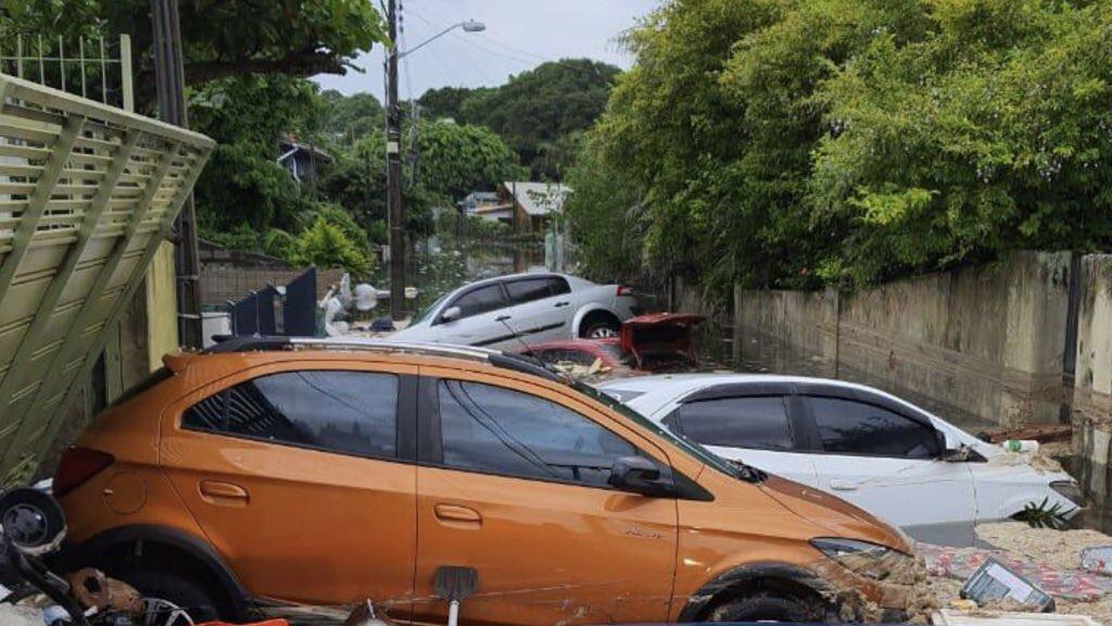 """<span class=""""entry-title-primary"""">Pessoas nos telhados e carros arrastados em Florianópolis</span> <span class=""""entry-subtitle"""">Rompimento de estação de tratamento de esgoto pela forte chuva causou inundação na Lagoa da Conceição </span>"""