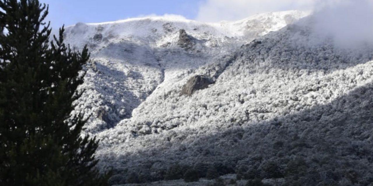 """<span class=""""entry-title-primary"""">Neve em Bariloche em pleno janeiro</span> <span class=""""entry-subtitle"""">Montanhas da localidade turística da Argentina ficaram brancas </span>"""
