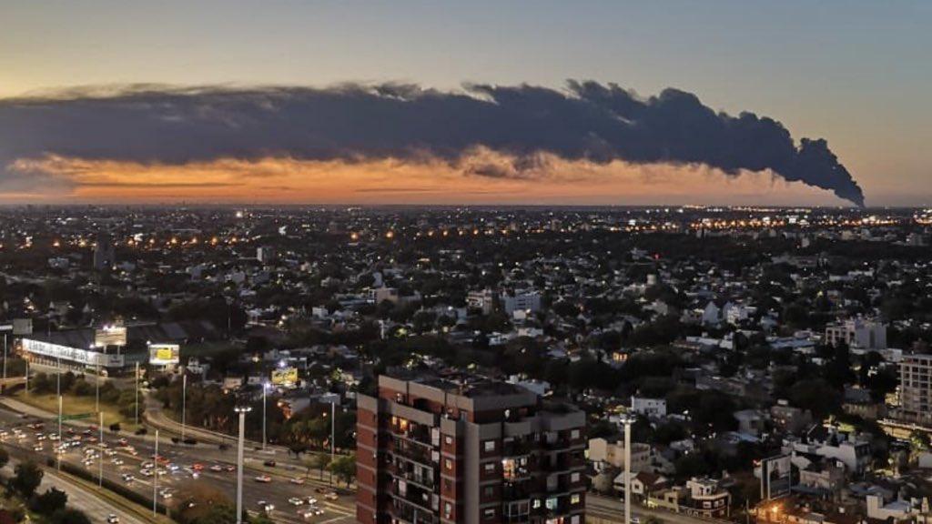 """<span class=""""entry-title-primary"""">Incêndio na Argentina é visto até do Uruguai e por satélite</span> <h2 class=""""entry-subtitle"""">Fogo destrói uma indústria de material plástico no Norte de Buenos Aires </h2>"""