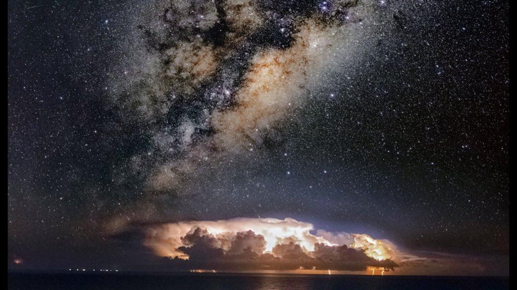 """<span class=""""entry-title-primary"""">A tempestade e a Via Láctea</span> <h2 class=""""entry-subtitle"""">A incrível e linda fotografia feita na praia de Torres </h2>"""