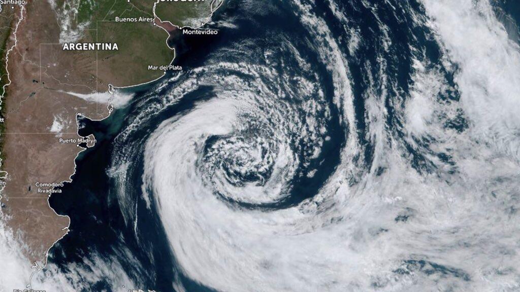 """<span class=""""entry-title-primary"""">Enorme ciclone no Atlântico Sul</span> <h2 class=""""entry-subtitle"""">Sistema na costa da Argentina seguirá sobre o oceano e não avança para o Sul do Brasil </h2>"""