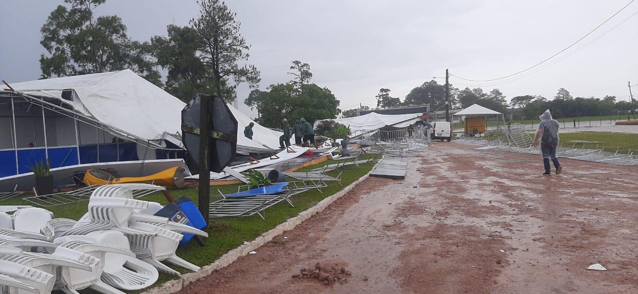 """<span class=""""entry-title-primary"""">Vendaval causa estragos no Sul gaúcho</span> <h2 class=""""entry-subtitle"""">Tempestade severa provoca destruição em evento do setor agrícola </h2>"""