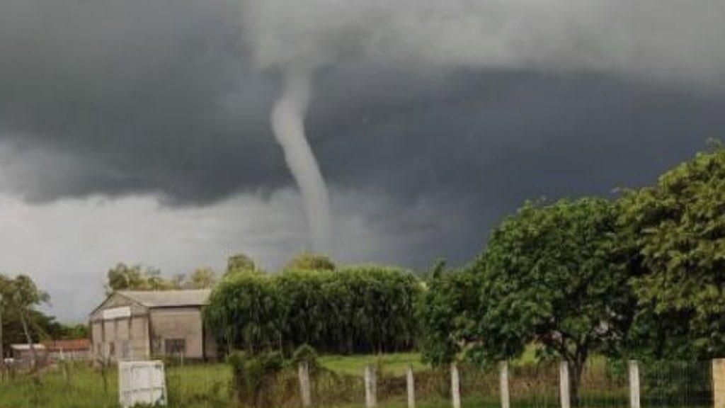 """<span class=""""entry-title-primary"""">Por que tantos tornados, trombas e funis?</span> <h2 class=""""entry-subtitle"""">Grande número de observações de funis e tornados nestes dias no Sul do Brasil e nos países vizinhos </h2>"""