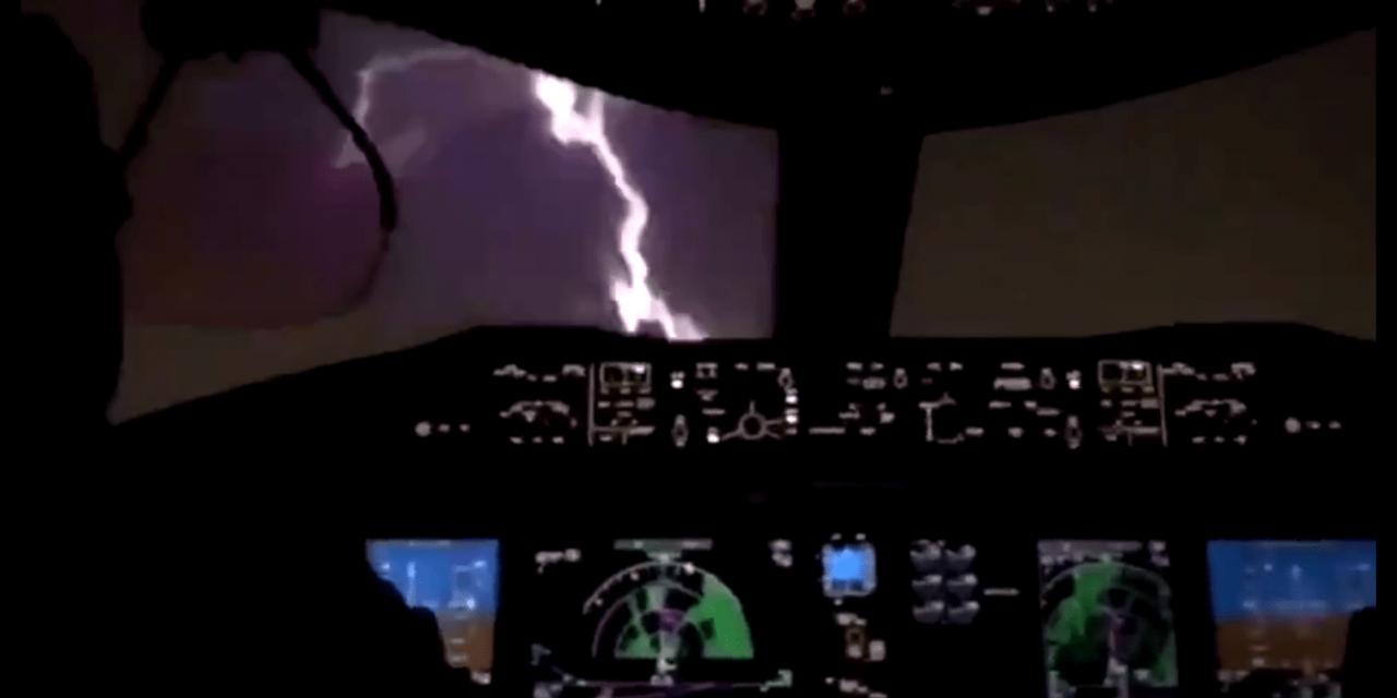 """<span class=""""entry-title-primary"""">Vídeo mostra raio atingindo """"bico"""" de avião</span> <h2 class=""""entry-subtitle"""">Aeronaves estão preparadas para este tipo de impacto e tecnologia oferece proteção </h2>"""