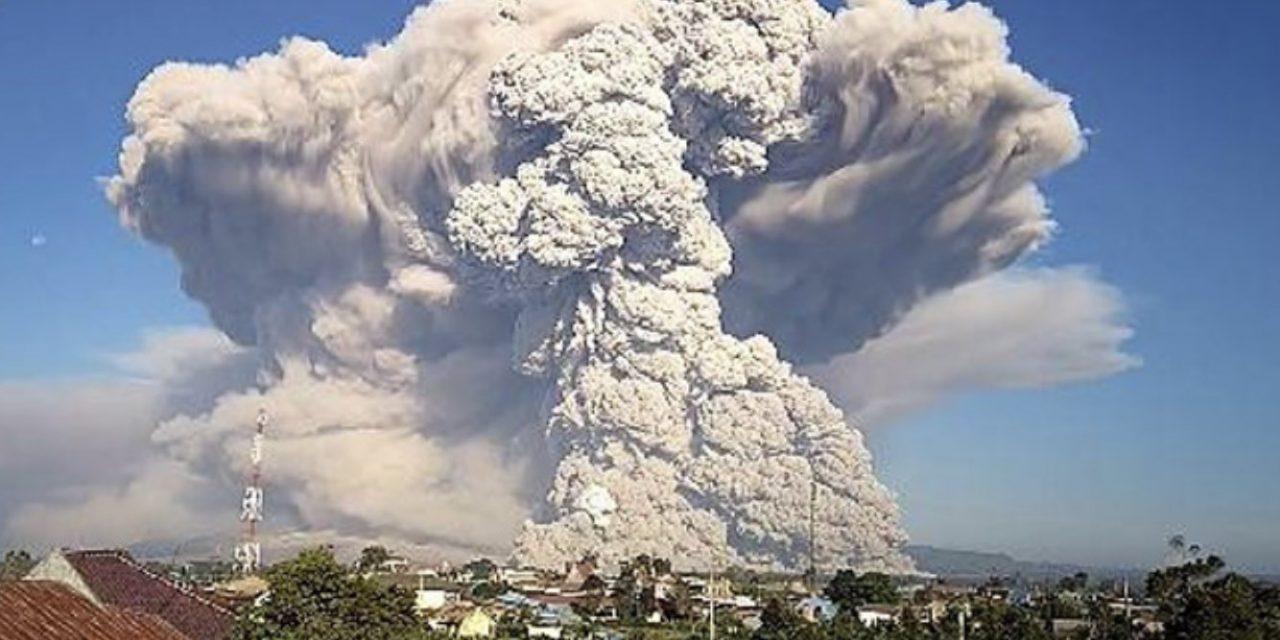 """<span class=""""entry-title-primary""""><span style='color:#ff0000;font-size:14px;'>ALERTA NA INDONÉSIA </span><br> Grande erupção vulcânica coloca Indonésia em alerta</span> <span class=""""entry-subtitle"""">Maior erupção em meses do Sinabung leva cinzas a 12 mil metros de altitude </span>"""