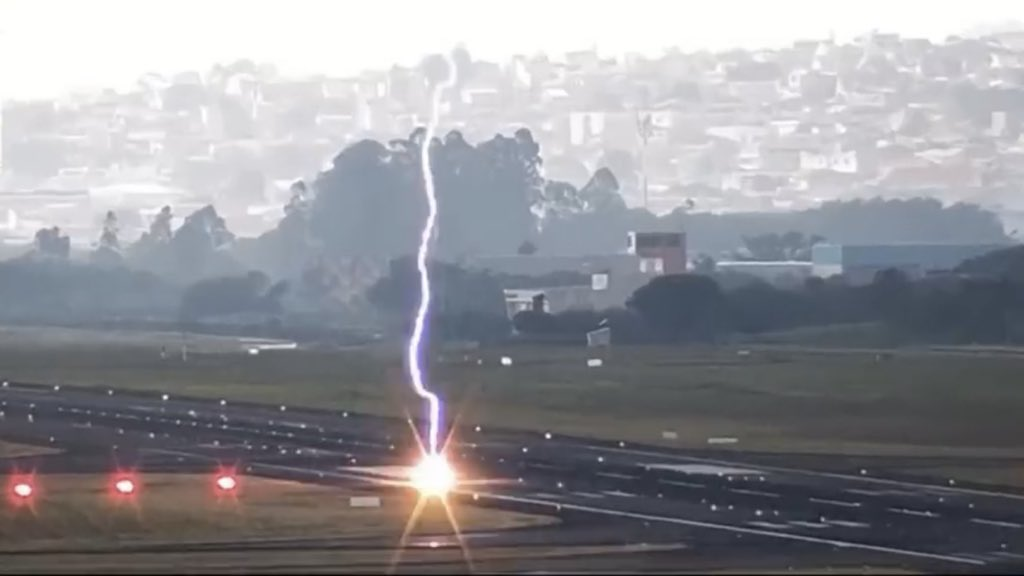 """<span class=""""entry-title-primary"""">Vídeo – Raio abre buraco na pista do Aeroporto de Guarulhos</span> <h2 class=""""entry-subtitle"""">Não houve risco para as operações de voo no maior aeroporto do país </h2>"""