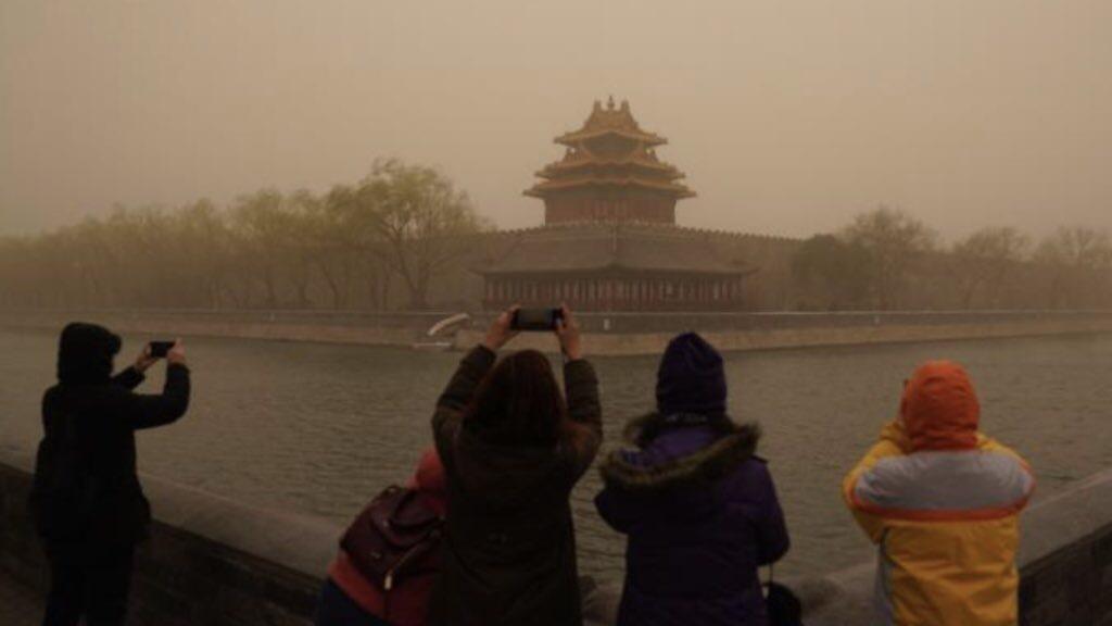 Poluição fora da escala em Pequim por tempestade de areia