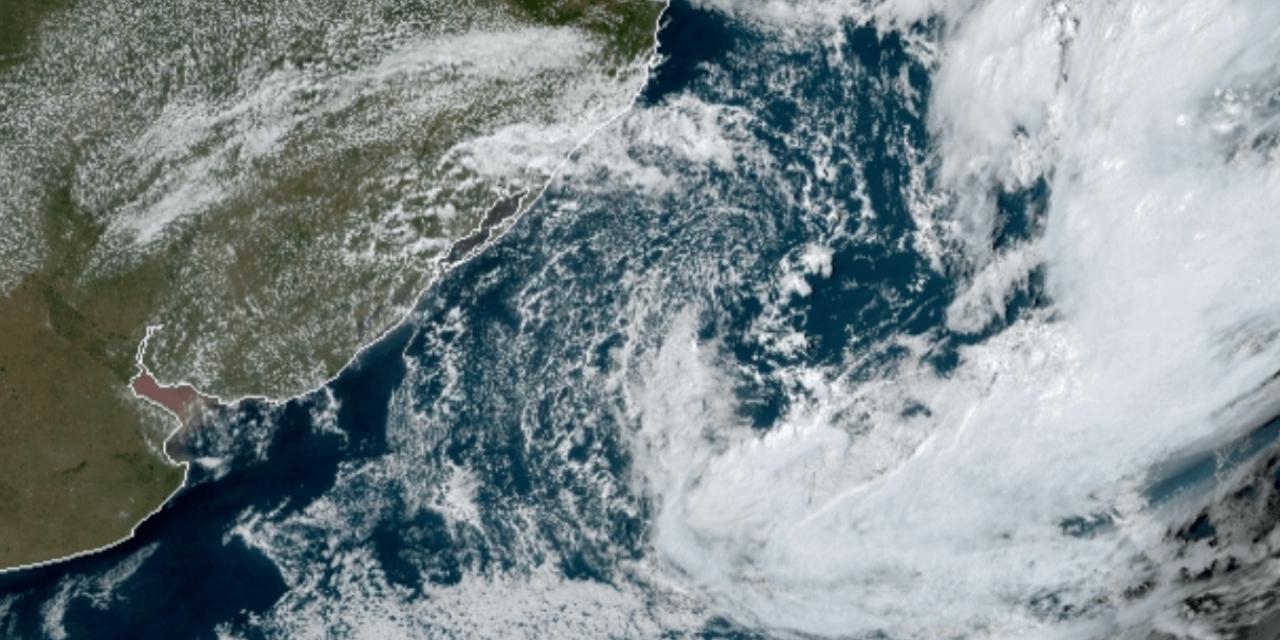 """<span class=""""entry-title-primary"""">Ciclone na costa vai manter períodos de chuva isolada</span> <span class=""""entry-subtitle"""">Ciclone no Atlântico na costa brasileira não é intenso e não oferece maiores riscos hoje, enfatiza a MetSul </span>"""