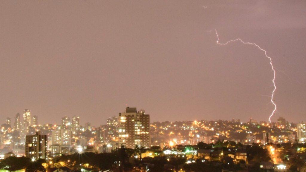 "<span class=""entry-title-primary""><span style='color:#ff0000;font-size:14px;'>AVISO </span><br> Frente fria trará chuva e risco de temporais no Rio Grande do Sul</span> <span class=""entry-subtitle"">Tempo muda entre esta terça e a quarta-feira no Estado, alerta a MetSul Meteorologia </span>"