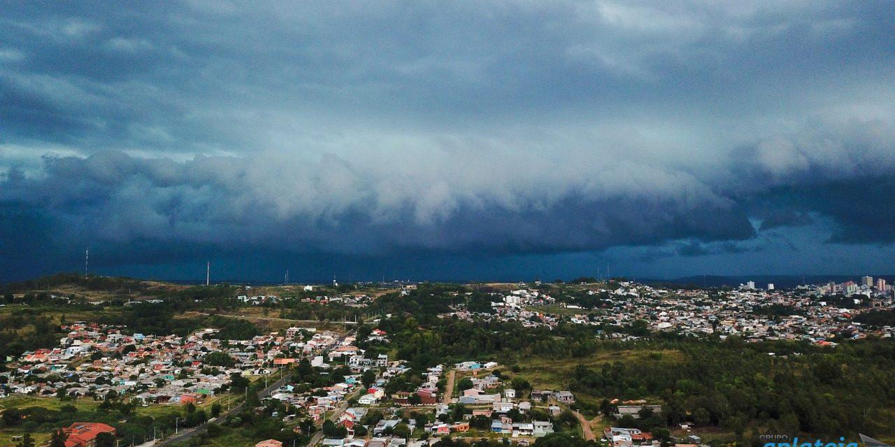 """<span class=""""entry-title-primary"""">Outono começa com chuva e temporais no Estado</span> <h2 class=""""entry-subtitle"""">Frente fria começou a ingressar no Rio Grande do Sul após uma tarde com até 36°C</h2>"""