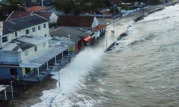 Ciclone traz grandes ondas no litoral do Paraná