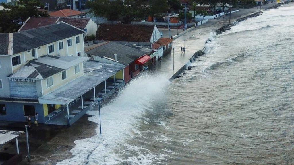 """<span class=""""entry-title-primary"""">Ciclone traz grandes ondas no litoral do Paraná</span> <span class=""""entry-subtitle"""">Forte agitação marítima alcançou hoje a orla da praia de Matinhos e circulação ciclônica manterá chuva com sol no Leste do Sul do Brasil </span>"""