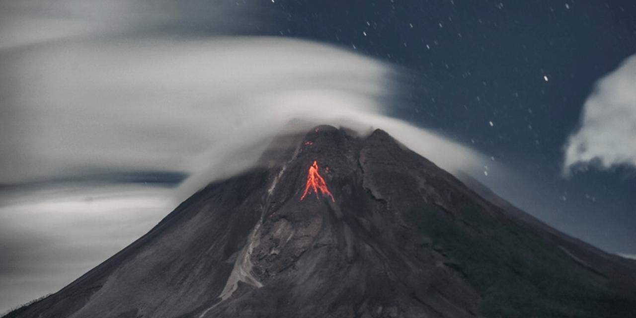 """<span class=""""entry-title-primary"""">Nuvens lenticulares, vulcão e lava</span> <span class=""""entry-subtitle"""">Vulcão mais ativo da Indonésia em erupção e coberto por nuvens do tipo lenticulares </span>"""