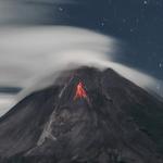 """<span class=""""entry-title-primary""""><span style='color:#ff0000;font-size:14px;'>COMBINAÇÃO NATURAL </span><br> Nuvens lenticulares, vulcão e lava</span> <span class=""""entry-subtitle"""">Vulcão mais ativo da Indonésia em erupção e coberto por nuvens do tipo lenticulares </span>"""