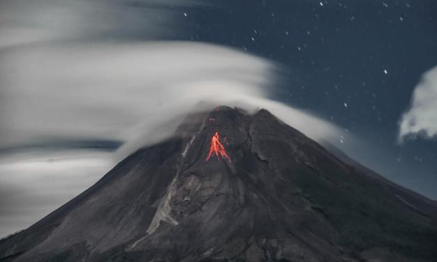 Nuvens lenticulares, vulcão e lava