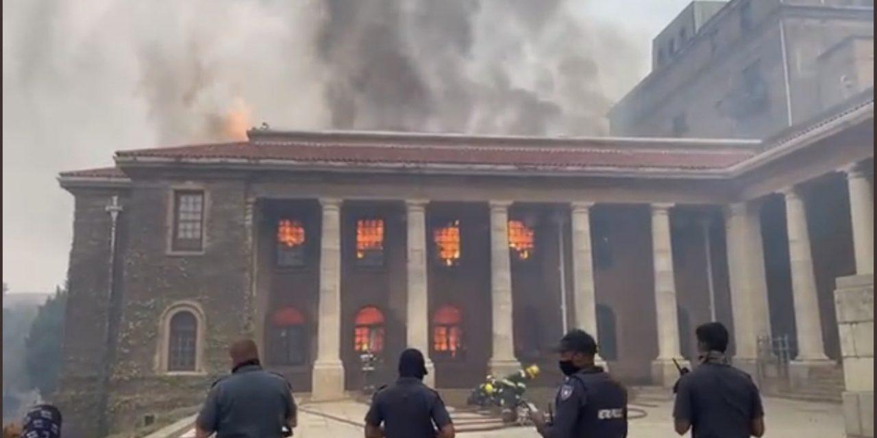 """<span class=""""entry-title-primary"""">Queimada destrói uma das principais bibliotecas da África</span> <h2 class=""""entry-subtitle"""">Fogo em vegetação se alastrou para o campus da Universidade de Cape Town e destruiu biblioteca de 200 anos </h2>"""