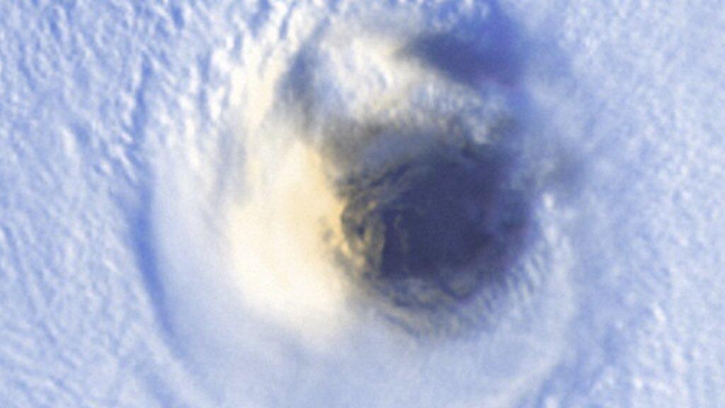 """<span class=""""entry-title-primary"""">O olho do ciclone monstro Surigae</span> <span class=""""entry-subtitle"""">Incrível imagem de satélite mostra com enorme nitidez o olho do ciclone e supertufão Surigae que teve vento de quase 400 km/h  </span>"""