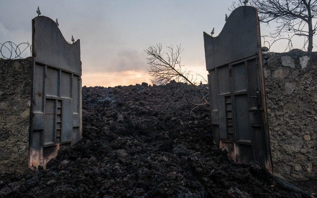 """<span class=""""entry-title-primary"""">Rios de lava vulcânica invadem cidade na África; veja as imagens</span> <h2 class=""""entry-subtitle"""">Vulcao entrou em erupção no fim de semana no Congo e causou destruição </h2>"""