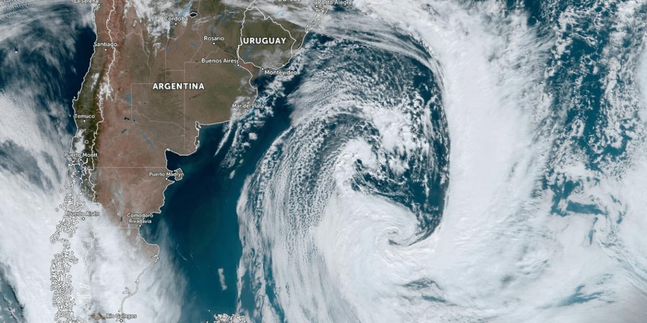 """<span class=""""entry-title-primary"""">Enorme ciclone no Atlântico Sul</span> <span class=""""entry-subtitle"""">Ciclone extratropical atua no litoral da Argentina, não oferece riscos para a área continental do Brasil e impulsiona massa de ar frio </span>"""