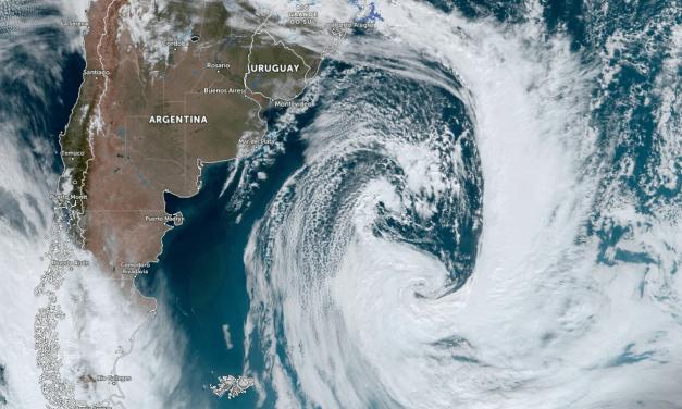 Enorme ciclone no Atlântico Sul