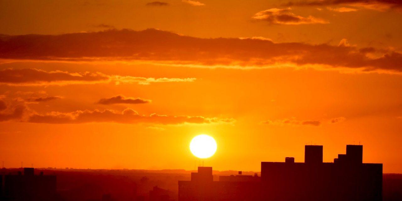 """<span class=""""entry-title-primary"""">Sol volta a brilhar em Porto Alegre</span> <span class=""""entry-subtitle"""">Capital gaúcha terá agora quatro dias seguidos de tempo ensolarado com noites mais frias e tardes agradáveis </span>"""