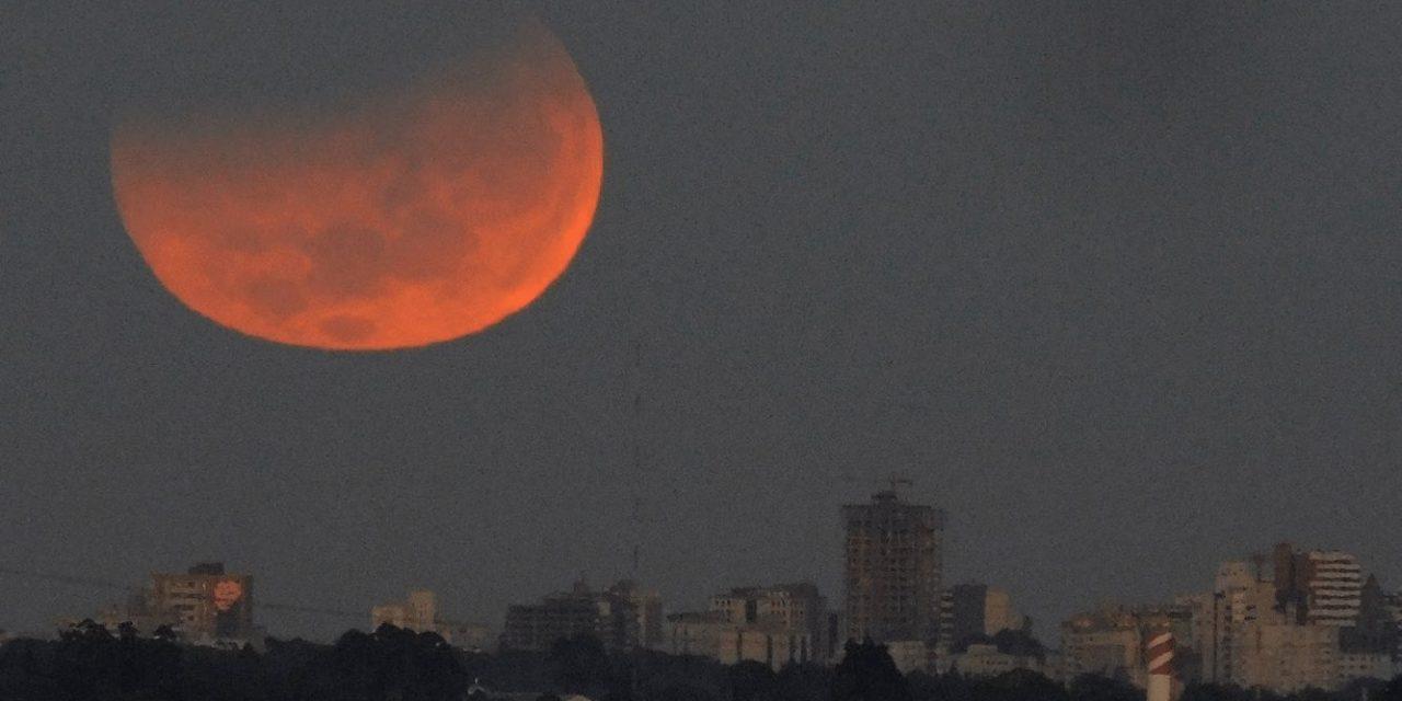 """<span class=""""entry-title-primary"""">Eclipse parcial com Superlua é visto no Sul do Brasil</span> <span class=""""entry-subtitle"""">Amanhecer desta quarta-feira teve um espetáculo celestial com um eclipse parcial simultâneo com a Superlua de 2021</span>"""