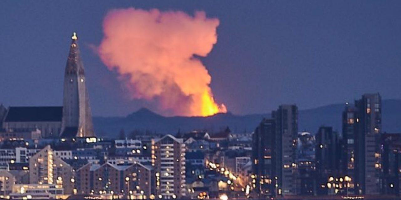 """<span class=""""entry-title-primary"""">Vulcão na Islândia traz imagens incríveis</span> <h2 class=""""entry-subtitle"""">Jatos de lava alcançam mais de 400 metros de altura e são vistos da capital Reykjavik </h2>"""