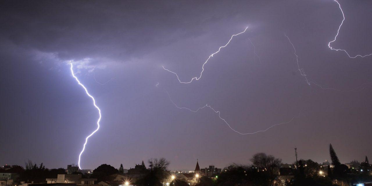 """<span class=""""entry-title-primary"""">Sexta-feira de muita chuva</span> <span class=""""entry-subtitle"""">Volumes elevados de chuva acompanhados de raios e o risco de temporais isolados de vento forte e granizo são esperados no Rio Grande do Sul </span>"""